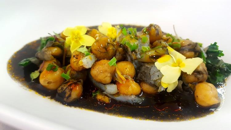lascas-de-bacalao-con-garbanzos-negros-cilantro-y-espinacas